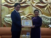 Honra Vietnam al embajador de Camboya con insignia de amistad