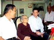 Presidente visita familias de méritos con la Revolución