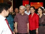 Dirigente partidista con votantes de Ha Noi