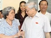 Secretario general del PCV dialoga con votantes