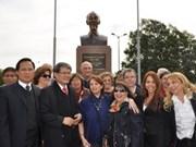 Develan busto de Ho Chi Minh en Buenos Aires