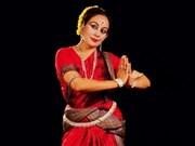 Bailarina india enseña danza clásica en Vietnam