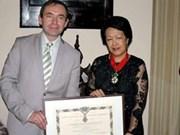 Francia otorga distinción a ex diplomática vietnamita