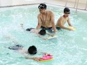 Hanoi organiza cursos gratuitos de natación para niños pobres