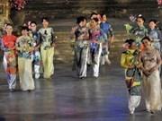 Realizan doble desfile de Ao dai- Hanbok en Hanoi