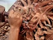 La talla de madera en la aldea de Phu Khe