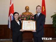 Embajador británico honrado por aportes a nexos Vietnam-Reino Unido