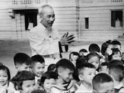 El queridísimo Tío Ho de niños vietnamitas