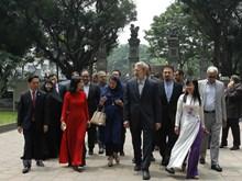 [Fotos] Presidente del Parlamento de Irán visita destinos históricos en Hanoi