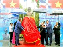 [Foto] Develan el busto del líder dominicano Juan Bosch en Vietnam