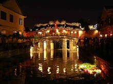 [Fotos] Turistas disfrutan del ritual del lanzamiento de faroles flotantes en Hoi An