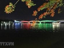 [Fotos] Río Perfume, en la ciudad central de Hue, atrae a turistas por la noche