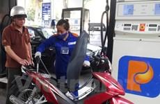 Leve reducción de precio petrolero