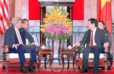 Presidente vietnamita recibe a John Kerry