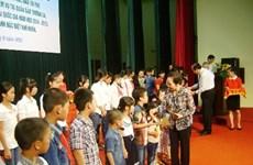 Vicepresidenta concede becas a educandos pobres en Ha Nam