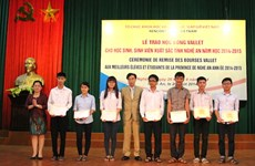 Beneficiados estudiantes en Nghe An de becas Vallet