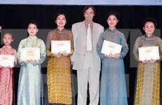 Entregan becas Vallet a estudiantes en centro de Vietnam
