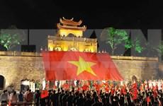 Miles de jóvenes rinden tributo a enseña de la Patria