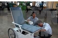 Exprimer japonés dona sillas de ruedas a niños de agente naranja