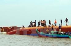 Fuerzas de rescate intentan sacar del agua barco naufragado