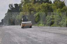 Premier vietnamita asiste al acto inicial de construcción de carretera en Kien Giang