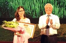 Premian en Vietnam a obras del concurso de escritura sobre agricultura