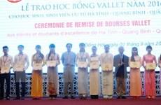 Entregan becas a estudiantes destacados de Vietnam