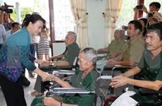 Presidenta del Parlamento vietnamita visita a personas con méritos revolucionarios