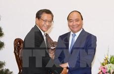 Premier de Vietnam recibe a embajador y experto de Japón