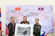 Embajada vietnamita regala valiosos fotos y mapas al museo militar laosiano