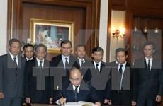 Primer ministro de Vietnam rinde tributo póstumo al difunto rey tailandés