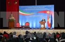 Presidente irlandés intercambia con estudiantes vietnamitas