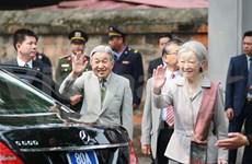 Cientos de personas dan la bienvenida al Emperador y la Emperatriz de Japón