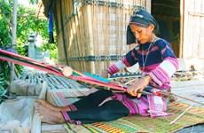 (Televisión) Trascienden oficio de tejeduría de etnia vietnamita Pa Then