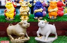 Colorida colección vietnamita sobre estatuas de búfalo de porcelana