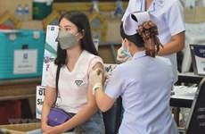 Alumnos en Bangkok reciben vacunación para regresar a la escuela