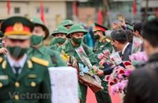 Miles de jóvenes de Hanoi se alistan al ejército