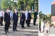 Rinden tributo al Presidente Ho Chi Minh y mártires en Ciudad Ho Chi Minh