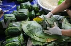 Ocupada aldea de elaboración de Banh chung más grande de Hanoi en vísperas del Tet