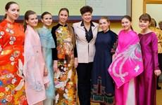 Presentan en Moscú túnica tradicional de mujeres vietnamitas