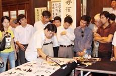 Clase gratuita para amantes de caligrafía en Vietnam