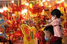 Calle de Hang Ma con múltiples colores en el Festival del Medio Otoño 2020