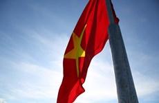 Solemne y emocionado acto de izamiento de bandera nacional en la isla vietnamita de Ly Son