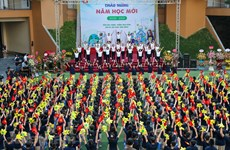 Alumnos asisten a apertura de nuevo curso escolar en Hanoi