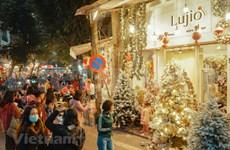 Jóvenes disfrutan del ambiente navideño en la calle Hang Ma de Hanoi