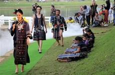 [Foto] Desfile de moda en saludo al aniversario 125 de ciudad vietnamita de Da Lat