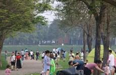 Ciudadanos de Hanoi acuden al parque Yen So para acampar en días festivos