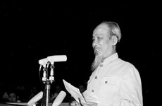 [Foto] Presidente Ho Chi Minh con empresa de construcción del socialismo y lucha por reunificación nacional