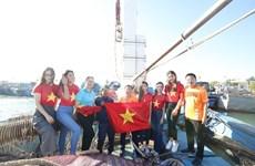 [Foto] Entregan banderas nacionales y botiquines para los pescadores en Ly Son