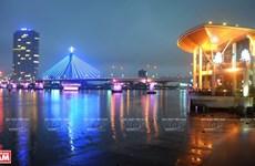 Puentes sobre el río Han brillan por la noche en ciudad vietnamita